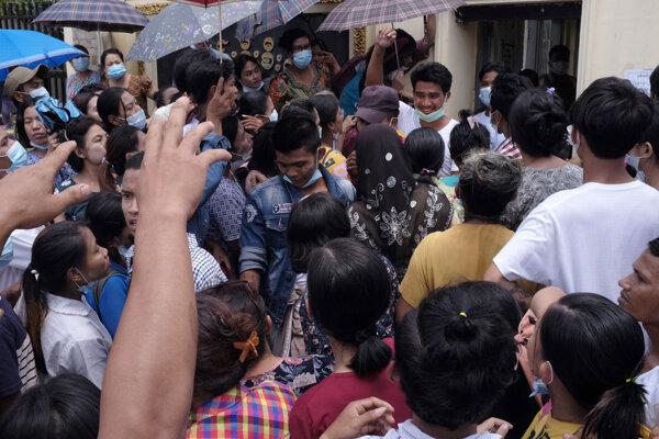 Dav ľudí pred väznicov v Rangúne čakajúci na prepustených väzňov.