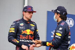 Jazdci tímu Red Bull - zľava Max Verstappen a Sergio Pérez.