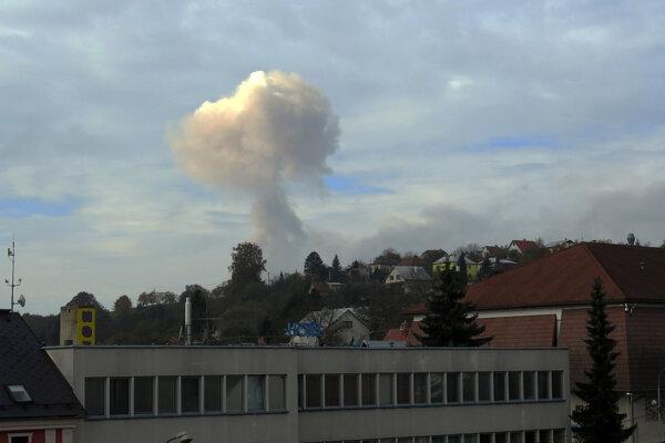 "Výbuch muničného skladu za obcou Vrbětice. Dymový ""hríb"", ktorý odfotili z radnice mesta Valašské Klobouky 16. októbra 2014."