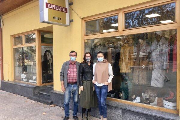 Majiteľka obchodíku soblečením vcentre mesta  sa už teší na zákazníkov.