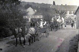 DOŽINKOVÝ SPRIEVOD V ROKU 1960. Žatva bola na dedine udalosťou roka, od nej záviselo to, ako bude vyzerať nasledujúci rok. Po skončení žatvy boli zaužívané dožinkové slávnosti. Bolo to akési poďakovanie za úrodu ataktiež prácu ľudí.