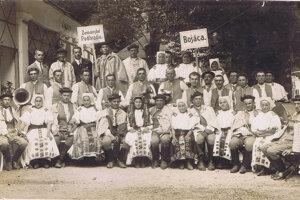 BOŠÁCKA SVADBA. Ochotnícke divadlo vBošáci má hlboké korene. Na zábere Bošácka svadba na divadelnom vystúpení vLuhačoviciach pred II. svetovou vojnou.