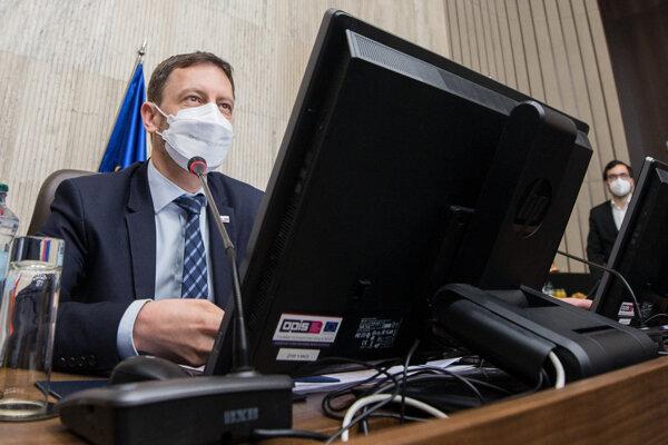 Premiér Eduard Heger počas rokovania vlády.