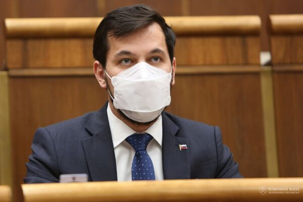 Podpredseda parlamentu za stranu Za ľudí Juraj Šeliga počas hlasovania za schválenie programu mimoriadnej 26. schôdze Národnej rady SR, iniciovanej stranou SMER - sociálna demokracia.