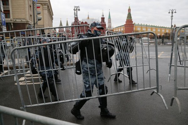 Polícia uzatvára Červené námestie v Moskve.