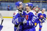 Juraj Slafkovský (vľavo) a Andrej Kollár sa tešia z víťazstva.
