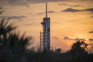 Raketa Falcon 9 s loďou Crew Dragon počas príprav na piatkový štart.