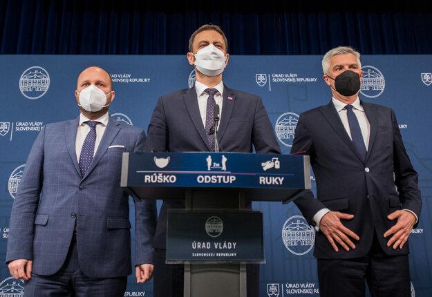 Premiér Eduard Heger, minister obrany Jaroslav Naď a minister zahraničných vecí a európskych záležitostí Ivan Korčok.