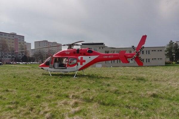 Záchranársky vrtuľník z Banskej Bystrice (na snímke) pristál vo štvrtok na trávnatej ploche pri poliklinike v Detve.