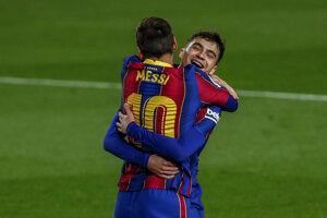 Lionel Messi v objatí s Pedrim.