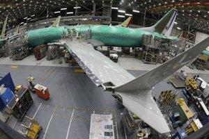 Technici kompletizujú nové lietadlo Boeing 737 Max 8 v závode americkej spoločnosti Boeing v Rentone v štáte Washington.