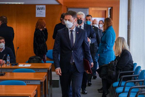 Premiér Eduard Heger, minister obrany Jaroslav Naď a minister zahraničných vecí Ivan Korčok prichádzajú na tlačovú konferenciu, na ktorej oznámili vyhostenie troch ruských diplomatov.