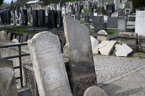 Na ortodoxnom židovskom cintoríne vykopali približne 450 vzácnych náhrobných kameňov.