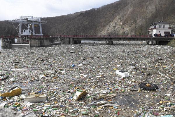 Komunálny odpad vo vode pri priehrade Ružín I.