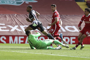 Callum Wilson a jeho ruka, po ktorej mu neuznali gól v zápase Liverpool - Newcastle.