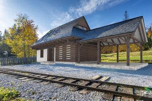Takto by mala vyzerať stanica na Oravskej lesnej železničke v sedle Beskyd.