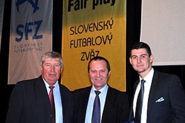Dvojica laureátov Ceny fair play - vľavo trénerský matador Anton Dragúň, vpravo brankár Veľkých Úľan Matej Lehuta, ktorý zachránil život divákovi. Medzi nimi predseda ZsFZ Ladislav Gádoši.