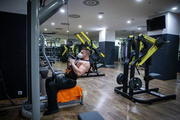 Tí pri športovej činnosti nie sú povinní nosiť rúško či respirátor.