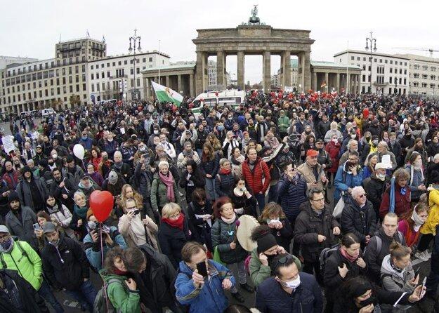 Zhromaždenie proti opatreniam v centre Berlína.