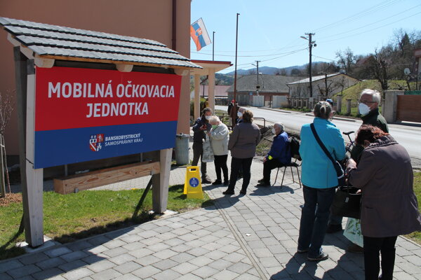 Zdravotníci podali priamo v obciach a mestách Banskobystrického kraja vakcínu 751 seniorom.
