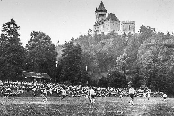 Prvý zápas doma. Na jeseň vroku 1931 došlo zvolaním zakladajúcej schôdze kzaloženiu ŠK Smolenice. Prvý zápas odohrali smolenickí futbalisti na jar 1932 vHorných Orešanoch avyhrali 8:1. Odvetu však nezvládli adoma prehrali 5:0.