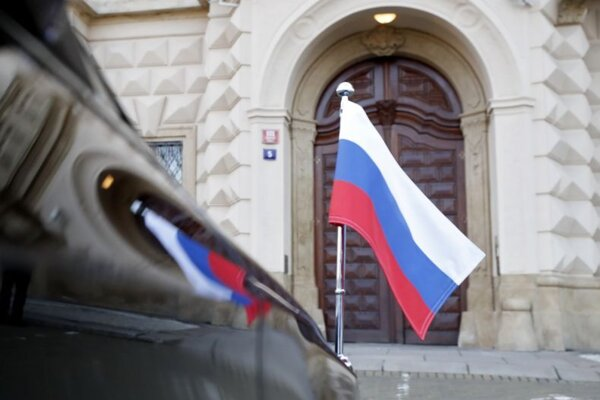 Ruská vlajka na aute ruskej ambasády.