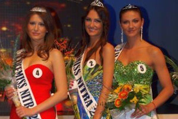 Zľava prvá vicemiss Silvia Červeňanská, miss Nitra Martina Schwarzová a druhá vicemiss Olívia Čambalová.