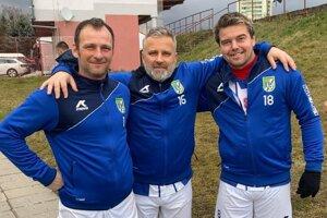 Kedysi hrávali za Topoľčany, teraz kopú za Ludanice. Zľava: Martin Buday, Ladislav Krajčík a Tomáš Aneštík.