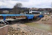 Most mal stáť už koncom mája, zhotoviteľ však termín nedodrží.