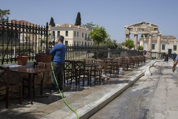 Príprava na otvorenie terás v Aténach.