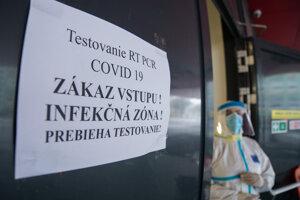 Odberné miesto na RT - PCR testovanie na zimnom štadióne Ondreja Nepelu v Bratislave.