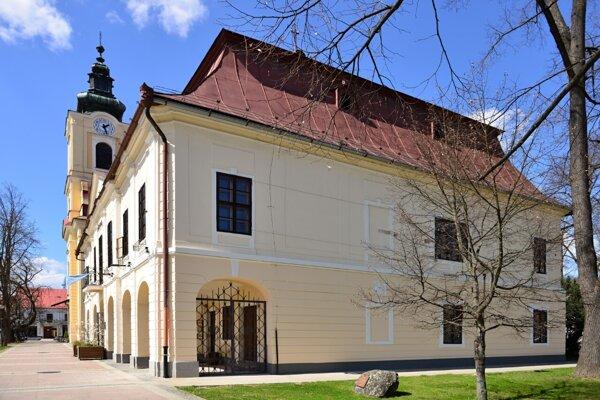 Samospráva obnovila poškodenú fasádu z východnej strany historickej radnice.