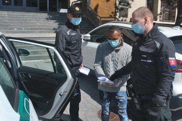 Adam, ktorý roztrhol policajtovi uniformu, skončil vo väzbe a napokon aj vo väzení.