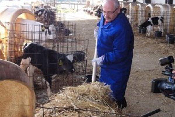 Rektor Peter Bielik sa neštítil chopiť vidiel a priložiť na univerzitnej farme v Oponiciach ruku k dielu.