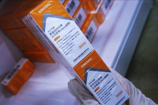 Zdravotná sestra vyberá balenie vakcíny proti ochoreniu COVID-19 od čínskej spoločnosti Sinovac.