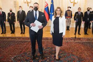 Prezidentka Zuzana Čaputová (vpravo) vymenovala Michala Aláča za nového riaditeľa Slovenskej informačnej služby (SIS).