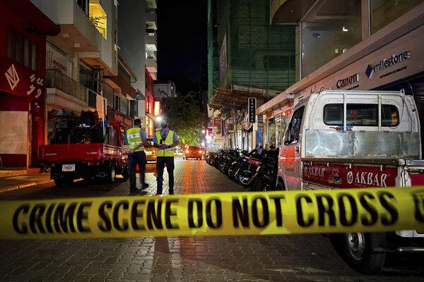 Polícia prehľadáva miesto po výbuchu 6. mája 2021 v maldivskom hlavnom meste Malé. Bývalý maldivský prezident a súčasný predseda parlamentu Muhammad Našíd (53) sa v piatok zotavoval v nemocnici po pokuse o atentát, pri ktorom utrpel zranenia spôsobené črepinami z výbušného zariadenia.