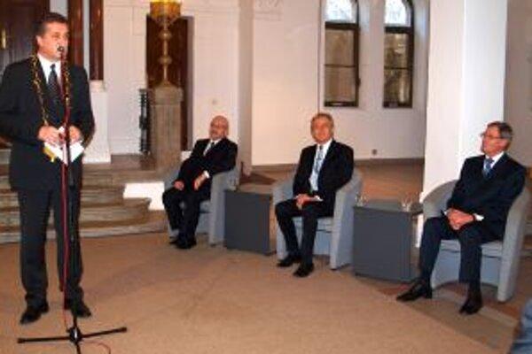 Slávnostné zasadnutie mestského zastupiteľstva otvoril primátor Jozef Dvonč. Vpravo oceňovaní Peter Bielik, Ján Greššo a Pavol Hrušovský.