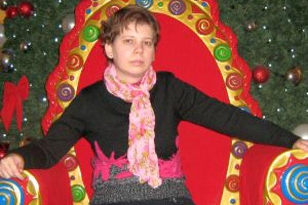 Tánička - pózuje na tróne ako kráľovná.