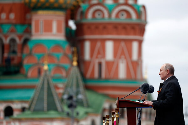 Vladimir Putin vystúpil s príhovorom z tribúny počas vojenskej prehliadky