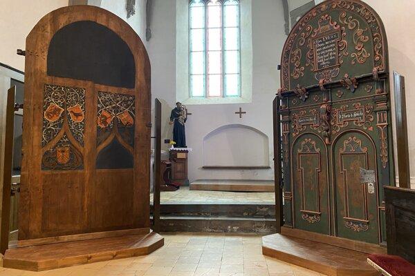Zľava zreštaurovaná gotická vstupná brána z konca 15. storočia a zreštaurovaná renesančná vstupná brána zo 17. storočia v Bazilike minor sv. Egídia v Bardejove.