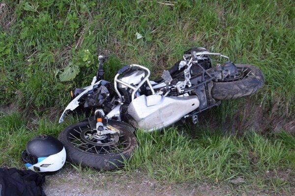 Vodič jazdu na motocykli nezvládol.