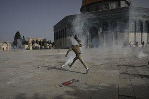 Palestínčan uteká pred slzotvorným plynom počas násilnej potýčky.