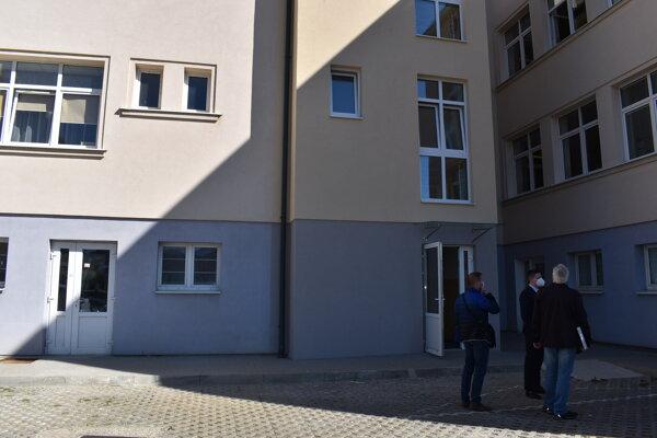 Nový výťah pristavali k budove detskej polikliniky zo zadnej časti od parkoviska.