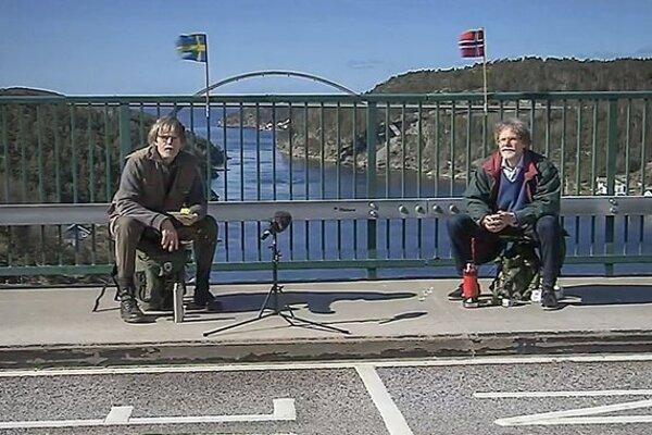 Dvojičky sa stretávajú na moste.
