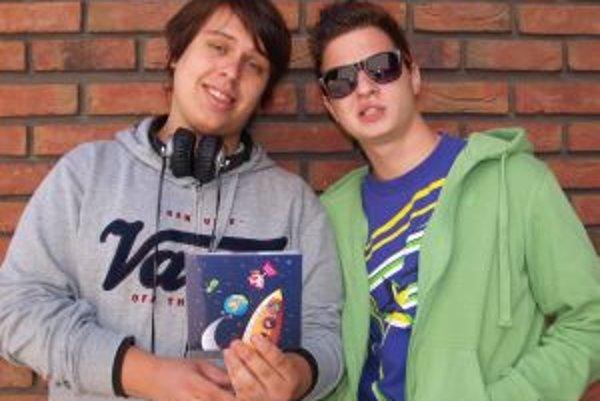 Dvaja z kapely - zľava Laco Réti a Slavo Kvasňovský so svojou novinkou.