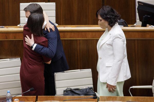 Premiér Eduard Heger sa objíma s Máriou Kolíkovou po tom, ako ustála pokus o jej odvolanie.