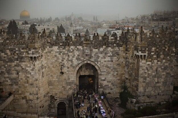 Ľudia kráčajú cez Damaskú bránu v centre Jeruzalema.