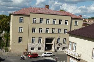 Okresnú súd pre rekonštrukciou mal tri pochodia a šikmú strechu.