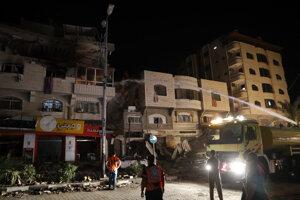 Poškodená cesta po bombardovaní v Gaza City.